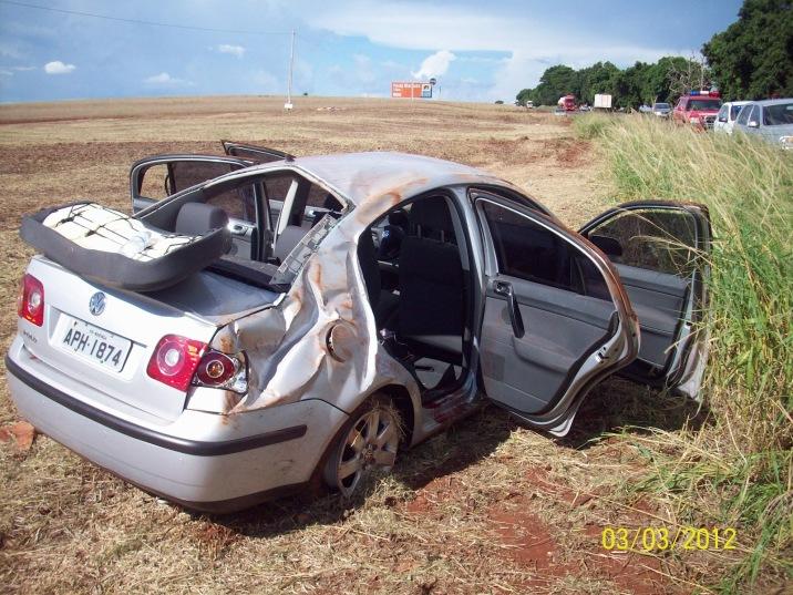 Um dos muitos automóveis acidentados nos arredores da região