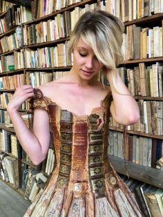 O estilo também remete ao figurino das personagens dos romances históricos