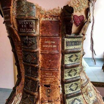 As clássicas lombadas de livro foram incorporadas ao figurino