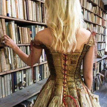 """O detalhe das costas do """"vestido de livros"""""""